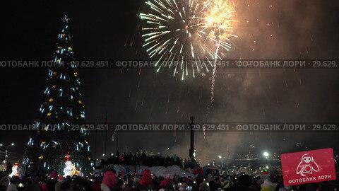 Купить «Праздничный новогодний фейерверк», видеоролик № 29629451, снято 1 января 2019 г. (c) А. А. Пирагис / Фотобанк Лори