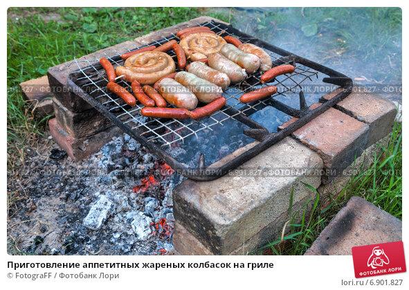 Купить «Приготовление аппетитных жареных колбасок на гриле», фото № 6901827, снято 23 апреля 2019 г. (c) FotograFF / Фотобанк Лори