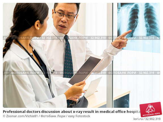 Professional doctors discussion about x-ray result in medical office hospital. Стоковое фото, фотограф Zoonar.com/Vichie81 / easy Fotostock / Фотобанк Лори