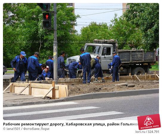 Рабочие ремонтируют дорогу, Хабаровская улица, район Гольяново, Москва, эксклюзивное фото № 324791, снято 9 июня 2008 г. (c) lana1501 / Фотобанк Лори