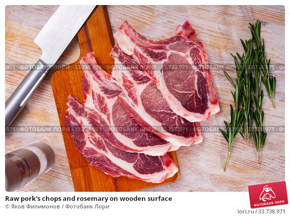 Купить «Raw pork's chops and rosemary on wooden surface», фото № 33738971, снято 8 июля 2020 г. (c) Яков Филимонов / Фотобанк Лори