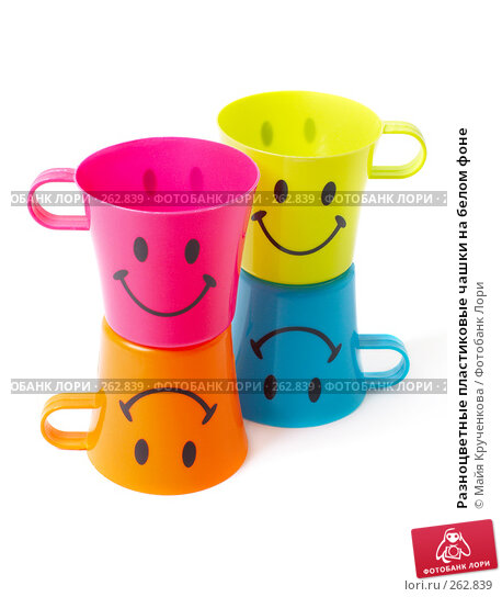 Разноцветные пластиковые чашки на белом фоне, фото № 262839, снято 20 апреля 2008 г. (c) Майя Крученкова / Фотобанк Лори