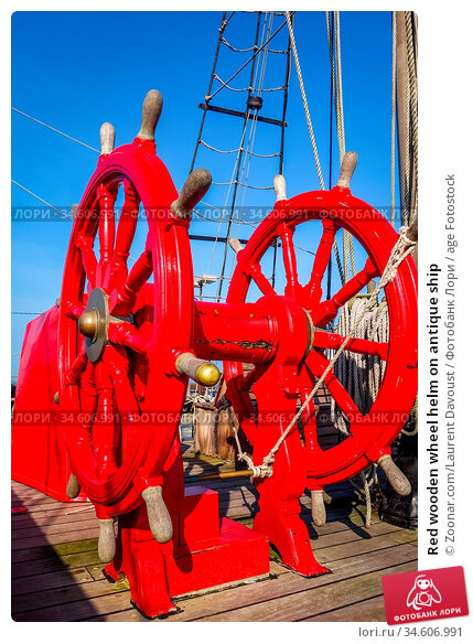 Red wooden wheel helm on antique ship. Стоковое фото, фотограф Zoonar.com/Laurent Davoust / age Fotostock / Фотобанк Лори