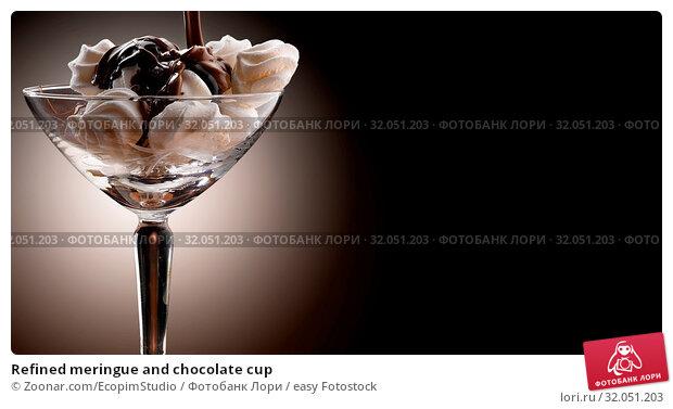 Refined meringue and chocolate cup. Стоковое фото, фотограф Zoonar.com/EcopimStudio / easy Fotostock / Фотобанк Лори
