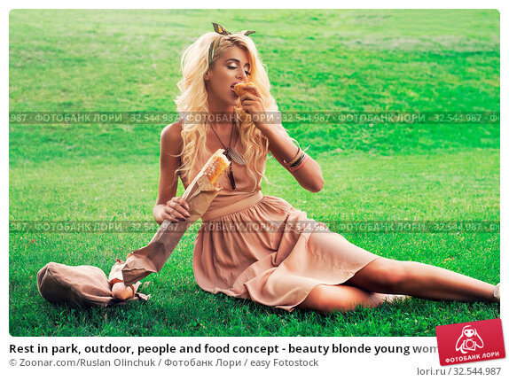 Купить «Rest in park, outdoor, people and food concept - beauty blonde young woman eating in the park», фото № 32544987, снято 7 декабря 2019 г. (c) easy Fotostock / Фотобанк Лори