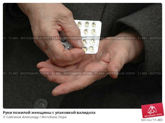 Руки пожилой женщины с упаковкой валидола, фото № 11483, снято 22 октября 2006 г. (c) Сайганов Александр / Фотобанк Лори