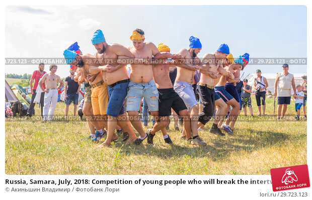 Купить «Russia, Samara, July, 2018: Competition of young people who will break the intertwining of hands .. Ethno-historical festival with the reconstruction of the battle of 1391 (Timur and Tokhtamysh)», фото № 29723123, снято 29 июля 2018 г. (c) Акиньшин Владимир / Фотобанк Лори