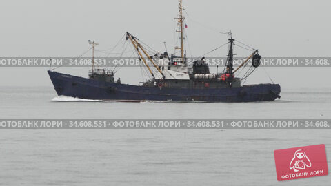 Russian fishing seiner class PC 300 sails on waves in Pacific Ocean to fish in overcast and rainy weather. Редакционное видео, видеограф А. А. Пирагис / Фотобанк Лори