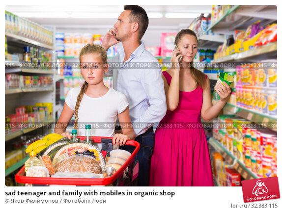 Купить «sad teenager and family with mobiles in organic shop», фото № 32383115, снято 11 июля 2017 г. (c) Яков Филимонов / Фотобанк Лори