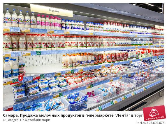 """Купить «Самара. Продажа молочных продуктов в гипермаркете """"Лента"""" в торговом комплексе """"Гудок""""», фото № 25607075, снято 2 января 2017 г. (c) FotograFF / Фотобанк Лори"""