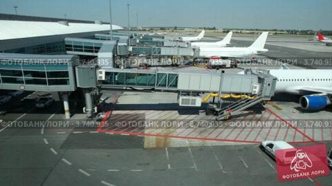Купить «Самолеты припаркованы в терминале в аэропорту», видеоролик № 3740935, снято 16 мая 2006 г. (c) Losevsky Pavel / Фотобанк Лори
