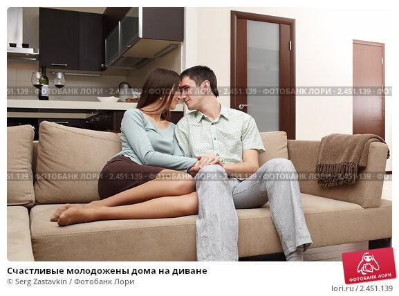 девушки целуются на диване