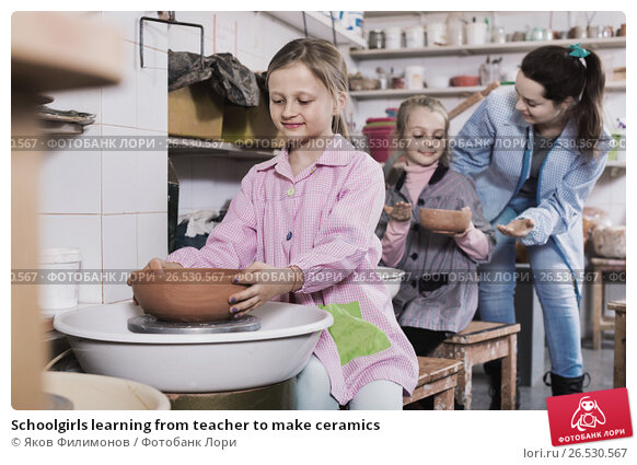 Купить «Schoolgirls learning from teacher to make ceramics», фото № 26530567, снято 19 марта 2018 г. (c) Яков Филимонов / Фотобанк Лори