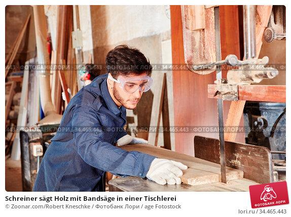 Schreiner sägt Holz mit Bandsäge in einer Tischlerei. Стоковое фото, фотограф Zoonar.com/Robert Kneschke / age Fotostock / Фотобанк Лори