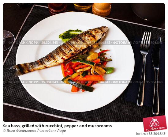 Sea bass, grilled with zucchini, pepper and mushrooms. Стоковое фото, фотограф Яков Филимонов / Фотобанк Лори