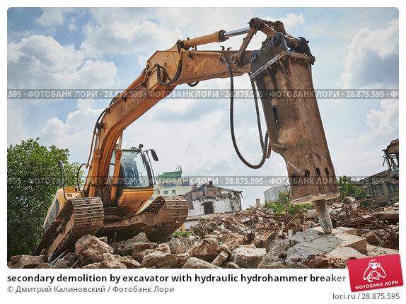 Купить «secondary demolition by excavator with hydraulic hydrohammer breaker», фото № 28875595, снято 21 июля 2018 г. (c) Дмитрий Калиновский / Фотобанк Лори