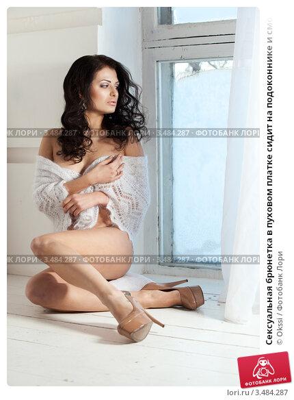 Сексуальная брюнетка на окне