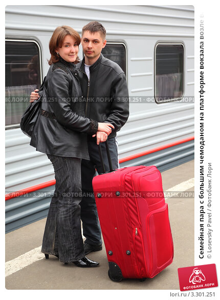 Купить «Семейная пара с большим чемоданом на платформе вокзала возле вагона поезда», фото № 3301251, снято 1 мая 2010 г. (c) Losevsky Pavel / Фотобанк Лори