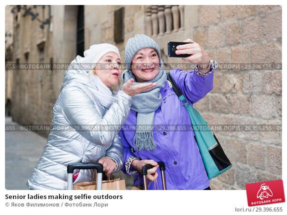 Купить «Senior ladies making selfie outdoors», фото № 29396655, снято 26 ноября 2017 г. (c) Яков Филимонов / Фотобанк Лори