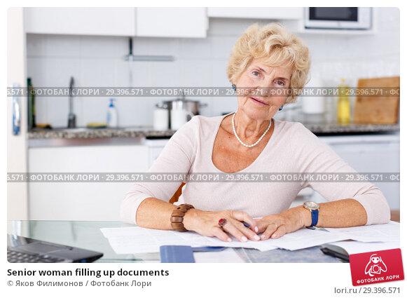 Купить «Senior woman filling up documents», фото № 29396571, снято 11 июля 2018 г. (c) Яков Филимонов / Фотобанк Лори