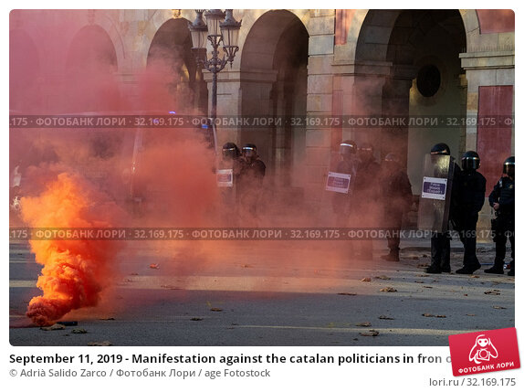 Купить «September 11, 2019 - Manifestation against the catalan politicians in fron of the Catalonia Parliament in Barcelona.», фото № 32169175, снято 11 сентября 2019 г. (c) age Fotostock / Фотобанк Лори