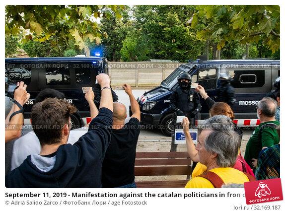 Купить «September 11, 2019 - Manifestation against the catalan politicians in fron of the Catalonia Parliament in Barcelona.», фото № 32169187, снято 11 сентября 2019 г. (c) age Fotostock / Фотобанк Лори