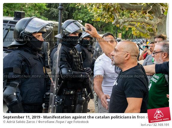 Купить «September 11, 2019 - Manifestation against the catalan politicians in fron of the Catalonia Parliament in Barcelona.», фото № 32169191, снято 11 сентября 2019 г. (c) age Fotostock / Фотобанк Лори