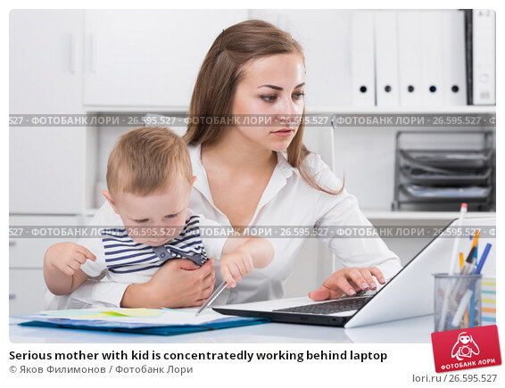 Купить «Serious mother with kid is сoncentratedly working behind laptop», фото № 26595527, снято 13 июня 2017 г. (c) Яков Филимонов / Фотобанк Лори