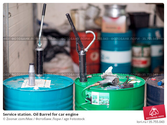 Service station. Oil Barrel for car engine. Стоковое фото, фотограф Zoonar.com/Max / age Fotostock / Фотобанк Лори
