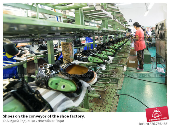 Shoes on the conveyor of the shoe factory. (2017 год). Редакционное фото, фотограф Андрей Радченко / Фотобанк Лори