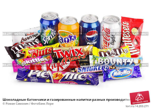 Шоколадные батончики и газированные напитки разных производителей (2012 год). Редакционное фото, фотограф Роман Самохин / Фотобанк Лори