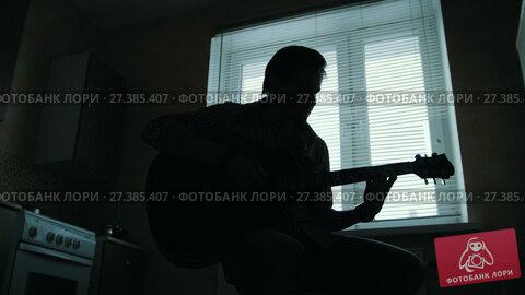 Купить «Silhouette of a young man musician playing the guitar», видеоролик № 27385407, снято 19 апреля 2018 г. (c) Константин Шишкин / Фотобанк Лори