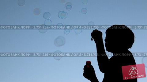 Купить «Силуэт мальчика с мыльными пузырями на фоне вечернего неба», видеоролик № 3731735, снято 8 января 2011 г. (c) Losevsky Pavel / Фотобанк Лори