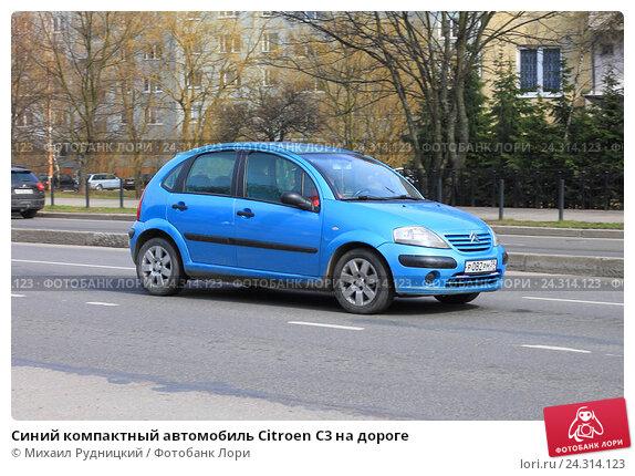 Купить «Синий компактный автомобиль Citroen C3 на дороге», фото № 24314123, снято 2 апреля 2016 г. (c) Михаил Рудницкий / Фотобанк Лори