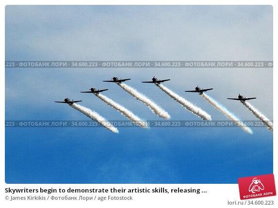 Skywriters begin to demonstrate their artistic skills, releasing ... Стоковое фото, фотограф James Kirkikis / age Fotostock / Фотобанк Лори