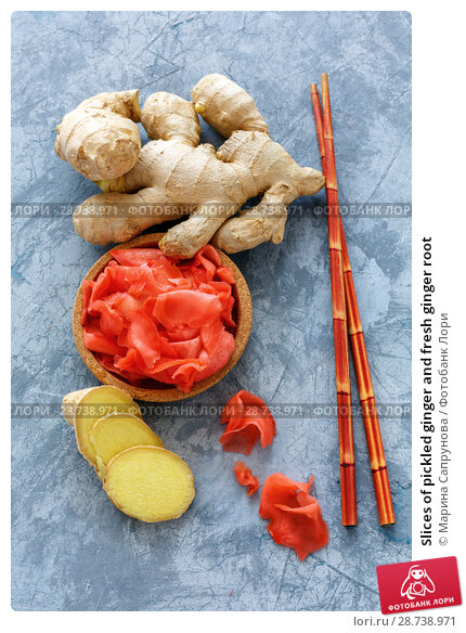 Купить «Slices of pickled ginger and fresh ginger root», фото № 28738971, снято 9 июля 2018 г. (c) Марина Сапрунова / Фотобанк Лори