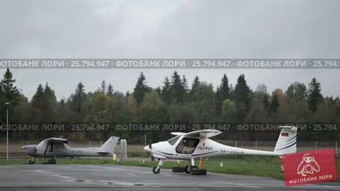 Small aircrafts in the airport, видеоролик № 25794947, снято 2 марта 2016 г. (c) Алексей Макаров / Фотобанк Лори