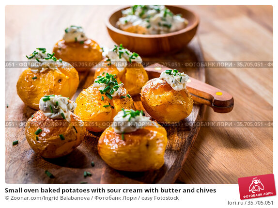 Small oven baked potatoes with sour cream with butter and chives. Стоковое фото, фотограф Zoonar.com/Ingrid Balabanova / easy Fotostock / Фотобанк Лори