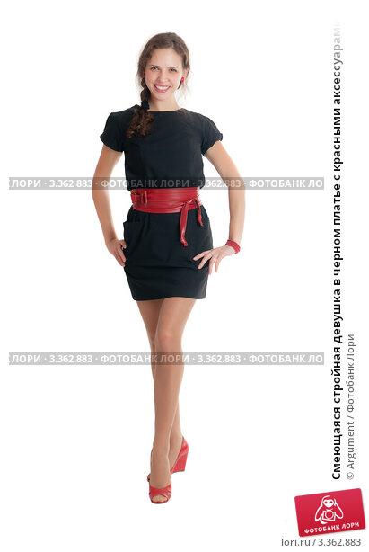 Стройная девушка в черном платье