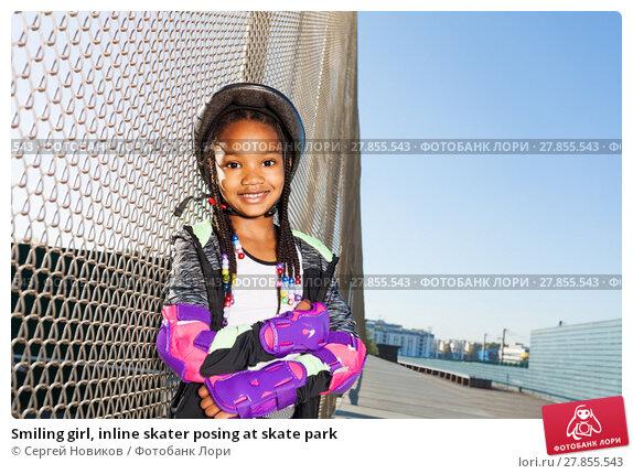 Купить «Smiling girl, inline skater posing at skate park», фото № 27855543, снято 14 октября 2017 г. (c) Сергей Новиков / Фотобанк Лори