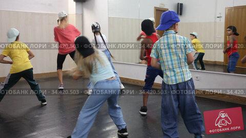 Smiling girls and boys hip hop dancers doing dance workout during group class. Стоковое видео, видеограф Яков Филимонов / Фотобанк Лори