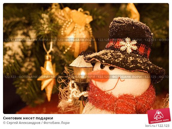 Купить «Снеговик несет подарки», фото № 122123, снято 3 ноября 2006 г. (c) Сергей Александров / Фотобанк Лори