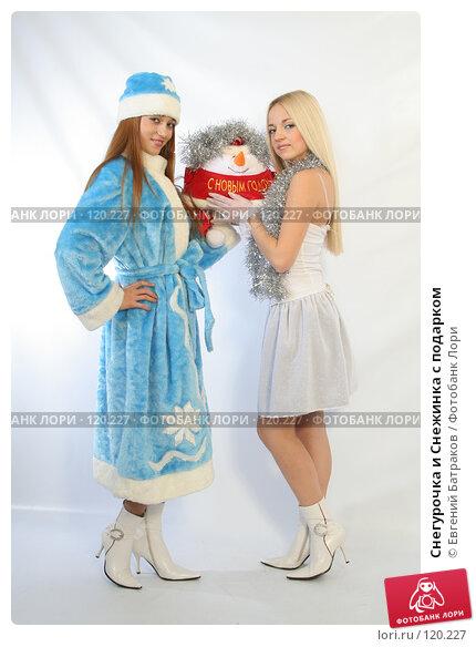 Снегурочка и Снежинка с подарком, фото № 120227, снято 11 ноября 2007 г. (c) Евгений Батраков / Фотобанк Лори