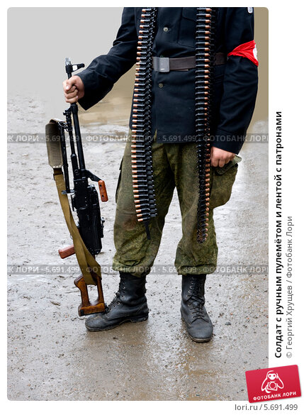 Купить «Солдат с ручным пулемётом и лентой с патронами», фото № 5691499, снято 29 июля 2011 г. (c) Георгий Хрущев / Фотобанк Лори