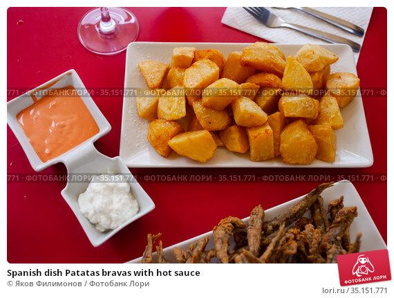 Spanish dish Patatas bravas with hot sauce. Стоковое фото, фотограф Яков Филимонов / Фотобанк Лори