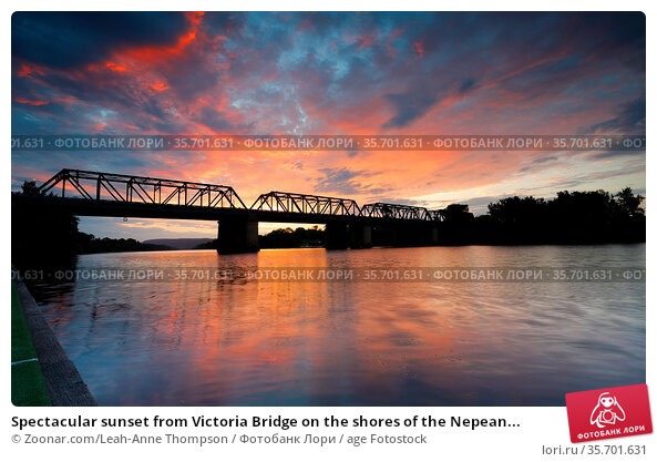 Spectacular sunset from Victoria Bridge on the shores of the Nepean... Стоковое фото, фотограф Zoonar.com/Leah-Anne Thompson / age Fotostock / Фотобанк Лори