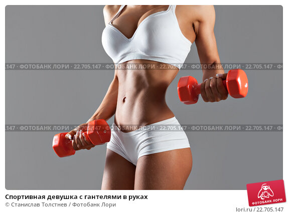 golaya-devushka-v-polosatih-chulkah