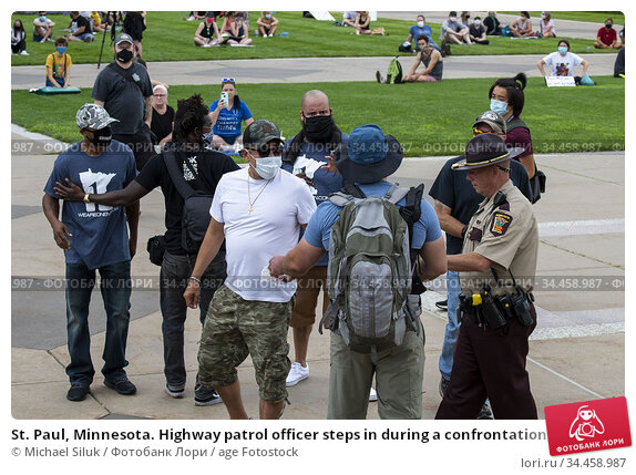 St. Paul, Minnesota. Highway patrol officer steps in during a confrontation... Стоковое фото, фотограф Michael Siluk / age Fotostock / Фотобанк Лори
