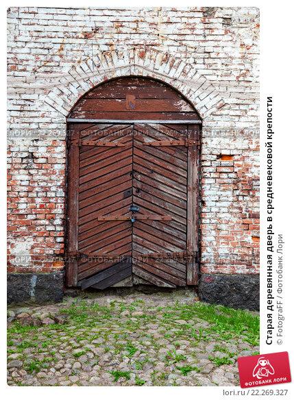 Купить «Старая деревянная дверь в средневековой крепости», фото № 22269327, снято 18 сентября 2019 г. (c) FotograFF / Фотобанк Лори