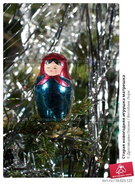 Купить «Старая новогодняя игрушка матрешка», фото № 18023123, снято 28 декабря 2015 г. (c) Дрогавцева Оксана / Фотобанк Лори